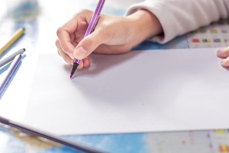 明るい背景上のノートブックに手の書き込み