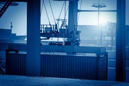 lift truck: Contenedores de carga de la gr�a industrial en un buque de carga por carretera
