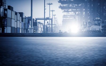 港のコンテナーの操作。