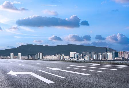 ortseingangsschild: modern skyline and empty road