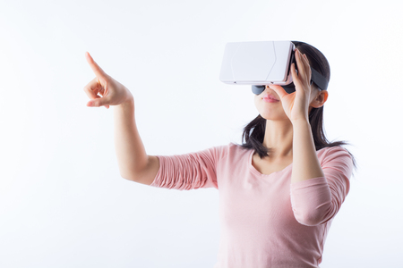 VR のヘッドセットを探して、ソーシャル メディア ストリーム VR コンテンツとの相互作用のヴァルナ, ブルガリア - 2016 年 3 月 10 日: 女性。