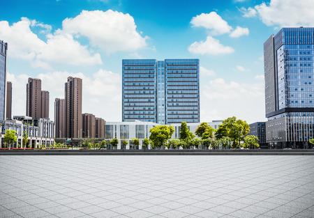 空の広場と空床