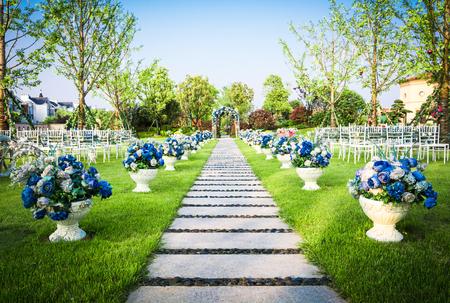 통로를 따라 자리 잡은 아름다운 결혼식 꽃꽂이