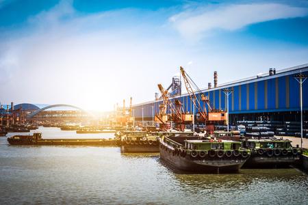 석유 해상 운송을위한 석유 가스 컨테이너 선박 및 정유 공장 배경