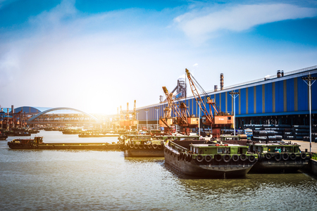 petroleumgas containerschip en olieraffinaderij achtergrond voor energie nautische transport
