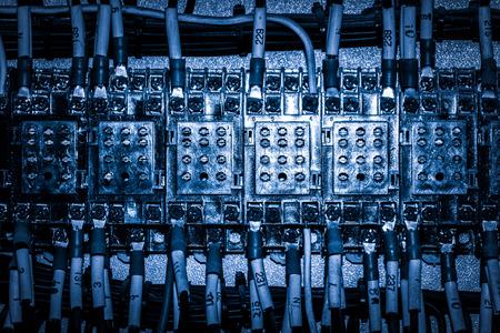 コントロールパネルの回路ブレーカとワイヤーをクローズアップ 写真素材