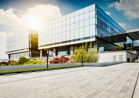 Grande edifício de escritórios moderno