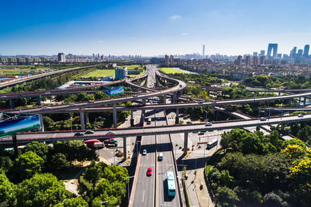 Aerial view massive highway intersection, stack interchange with elevated road junction overpass at late afternoon in Houston, Texas. This five-level freeway interchange carry heavy traffic, panorama. Stockfoto