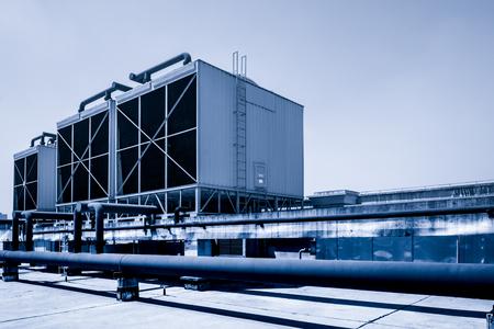 Zestawy wież chłodniczych w budynku centrum danych.