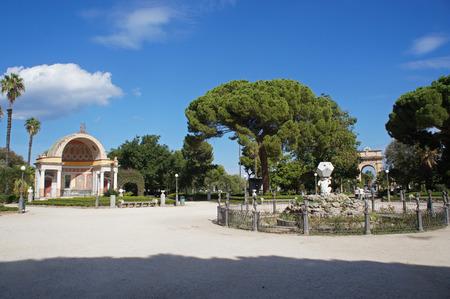 La exedra meridional y la fuente central del parque de Villa Giulia (Villa del Popolo, Villa Flor) en Palermo, Sicilia, Italia Foto de archivo