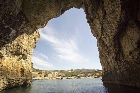 Excursion en bateau à l'intérieur de la grotte menant à la mer intérieure à Dwejra, Lawrenz, Gozo, Malte Banque d'images