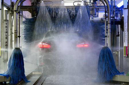 Autowasstraat voor het reinigen van voertuigen Stockfoto