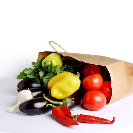 Hortalizas frescas, cosecha de otoño en una bolsa de papel. Alimentación saludable. Aislado en un fondo blanco. Copia espacio