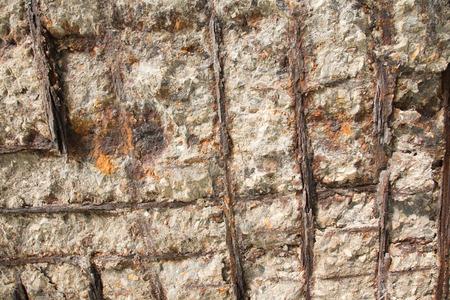 pared rota: Una pared rota que muestra las barras de acero oxidadas