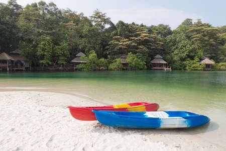 ocean kayak: kayaks on sandy beach, koh kood island, Thailand Foto de archivo