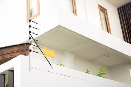 주거용 주택 보호용 전기 울타리 스톡 콘텐츠