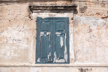 古い汚れた壁と水平方向の組成の古い青の色ウィンドウ