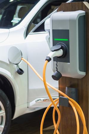 接続されている電源ケーブルで電気自動車を充電 写真素材