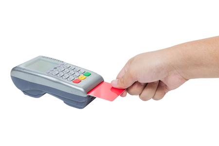 白い背景に分離された販売の端末からクレジット カードの強打を持っている手