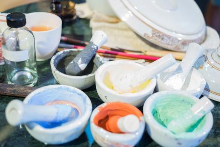 タイの陶磁器の伝統芸術、コンテナーの塗装用インキ 写真素材