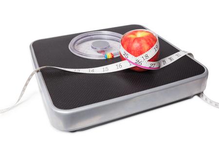 スケール、テープ、白い背景で隔離の apple のクローズ アップ