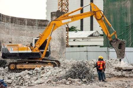 Crane et travailleurs travaillant sur le chantier Éditoriale