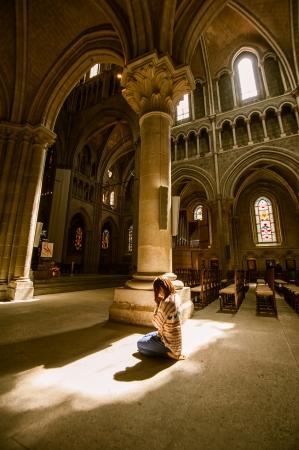 Meisje azen In kant van de kathedraal Notre-Dame - Lausanne, Zwitserland Redactioneel