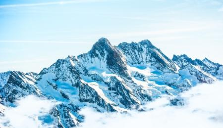 vogelspuren: Snow Mountain Landschaft mit blauem Himmel von der Jungfrau Region
