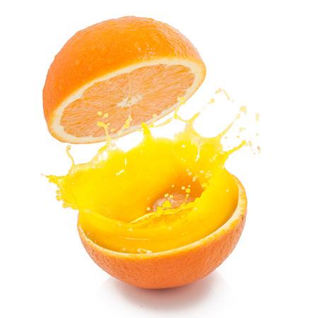 verre de jus d orange: éclaboussure de jus d'orange sur fond isolé