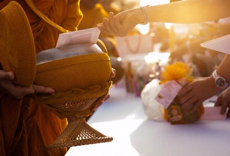 limosna: Monk recibir alimentos y artículos que ofrecen a la gente Foto de archivo