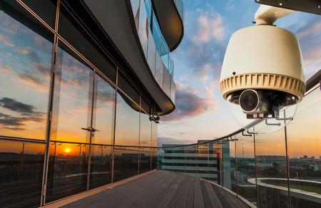 건물의 발코니에있는 CCTV 카메라 또는 감시 운영