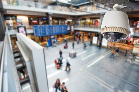 monitoreo: Cámara CCTV o de operación de vigilancia en el edificio de los grandes almacenes