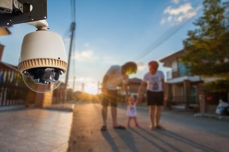 Cámara CCTV o vigilancia de funcionamiento con la familia en el pueblo Foto de archivo - 27108213