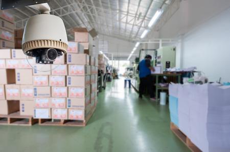 CCTV カメラや監視ストアまたは倉庫で動作しています。 写真素材