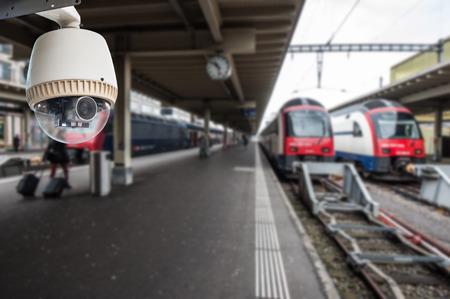 CCTV-camera of toezicht opereren in treinstation Stockfoto