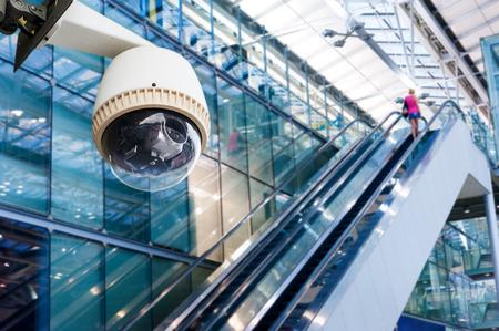 people  camera: C�mara CCTV o de operaci�n de vigilancia en las escaleras mec�nicas Foto de archivo