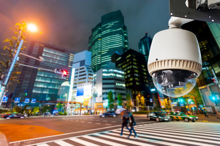 CCTV-Kamera oder Überwachungs, die auf Straße und Gebäude in der Nacht Standard-Bild - 28109306