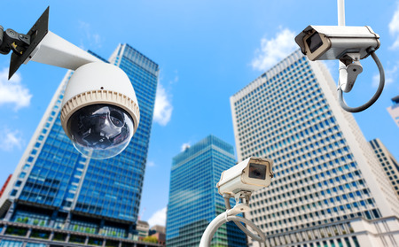 CCTV-Kamera-oder Überwachungs oeprating mit Gebäude Standard-Bild - 28109316
