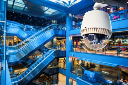 people  camera: C�mara CCTV de funcionamiento dentro de una estaci�n o de tiendas por departamento Foto de archivo