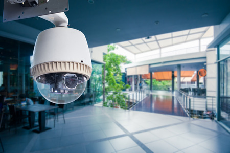 CCTV-camera bedienen in een station of warenhuis Stockfoto