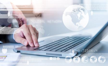 Close-up van zaken man te typen op een laptop computer met een technologie laageffect Stockfoto