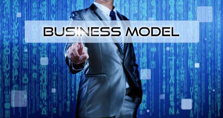 business model: Business man met digitale achtergrond te drukken op de knop business model