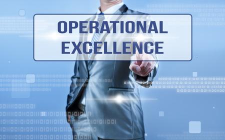 oeprational 卓越性に基づいて意思決定をするビジネスマン