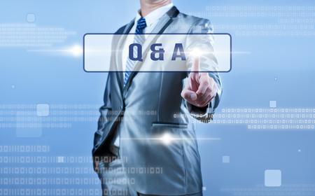 control de calidad: hombre de negocios de toma de decisiones en Q & A