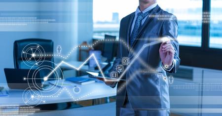 グローバル マーケティングの概念を持つビジネスマン ウォーキング