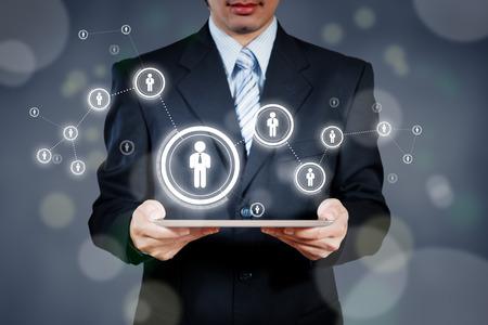 Homme d'affaires utilisant tablette avec un objet visuel numérique, le concept de ressources humaines Banque d'images
