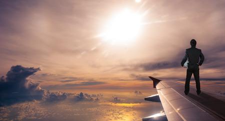 affaires, tenue, casque de sécurité debout sur l'aile d'avion, concept d'entreprise réussie