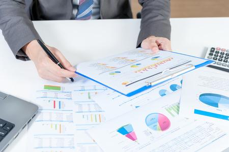 fondos negocios: Negocios que analiza informe sobre tabla con ordenador portátil y una calculadora