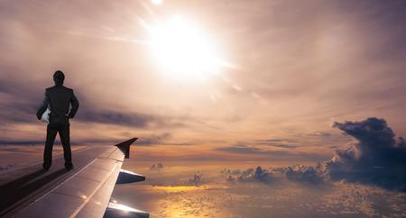 desarrollo económico: negocios la celebración de casco de seguridad de pie en ala de avión, concepto de negocio de éxito