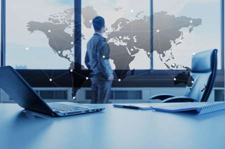technology: mesa de trabalho de um empresário com laptop, conceito do negócio globalização Imagens